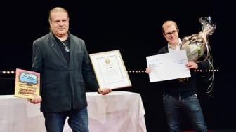 Bengt Hackberg, ordförande i Miljö- och hälsoskyddsnämnden och Glenn Johansson, vd på Glesys, under prisceremonin. Foto: Falkenbergs kommun.
