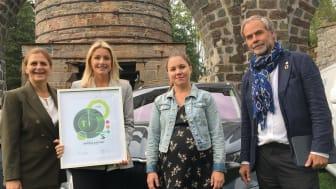 Pressansvarig Hanna Westrin på SKODA tar emot diplom av rallyprofilen Tina Thörner (t.v.), Värmlands landshövding Georg Andrén (t.h.) och Gröna Bilisters ordförande Marie Pellas