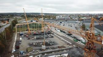 Väger 21 ton - här lyfts den väldiga takstolen på plats på fotbollshallen