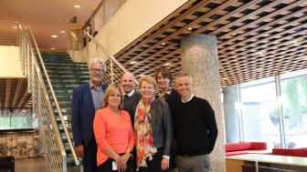 Foran f.v. Aslaug Koksvik, Kristin Malonæs, Tor Inge Hjemdal, Bak f.v. Jon Sandnes, Gunnar G.Nybø, Ann Ingeborg Hjetland. Hege Schøyen Dillner og Trine Dyrstad Pettersen var ikke tilstede da bilde ble tatt.