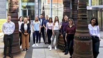Der aktuelle Jahrgang der dualen Auszubildenden und Studierenden der Mannheimer Versicherung AG (Innenhof der Mannheimer Versicherung AG)