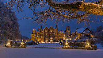 På slottet kan du dricka kaffe i slottsmatsalen, träffa tomten och se kläder från tv-serien Downton Abbey.