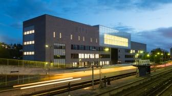 Mellom skolebygg og T-bane er det bygd et nytt sykkel- og gangfelt. Det er ingen parkeringsplasser på skolens område. (Alle bilder Finn Ståle Felberg/Undervisningsbygg.)