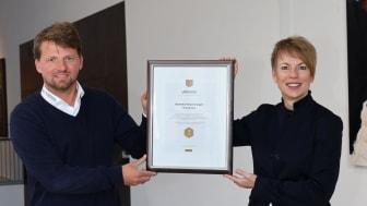 Bei der Siegelübergabe: Carola Schroeder, Vorstandsmitglied, Barmenia Versicherungen und Jan Römer, Die Bergische