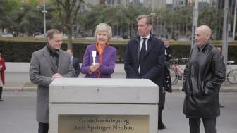 Michael Müller, Regierender Bürgermeister von Berlin, Friede Springer, Dr. Mathias Döpfner, Vorstandsvorsitzender Axel Springer SE, und Architekt Rem Koolhaas (v.l.) bei der Grundsteinlegung  (Copyright: Axel Springer SE)