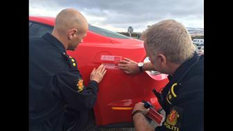 Knut og Henrik satte verdensrekord med sportsbilikonet Ford Mustang. Her ved Polarsirkelen før avreise og politiet forsegler drivstofftanken