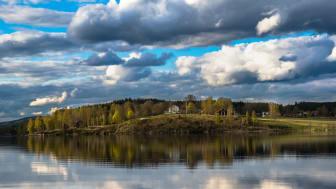 Sunne kommun avsätter nu årligen en halv miljon kronor för att bidra till att landsbygden utanför tätorten ska utvecklas. Vy över sjön Fryken och Berga hembygdsgård i Lysvik, Sunne. Foto: Jens Vik
