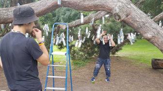 Drömmarnas hus konstpedagog Jafer, bygger flaskpostträdet. Assistenten Dima till vänster.