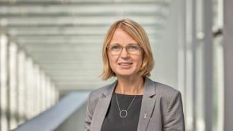 – Det är mycket glädjande att utredningen nu är överlämnad till regeringen. Vi ser fram emot det fortsatta arbetet, säger riksbibliotekarie Karin Grönvall. Foto: Jann Lipka