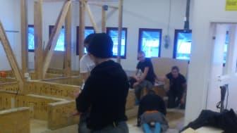 Golvläggarelever har lektion på Stockholms Byggtekniska Gymnasium