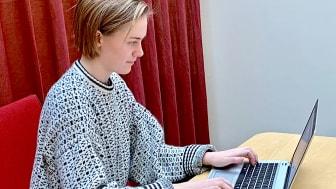 Alva Schiöler arbetar som lärare i svenska som främmande språk på Folkuniversitetet i Stockholm.