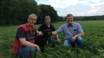 Blühmischung schon gut angewachsen: Detlef (l.) und Petra Grundmann mit Hund Paul aus Herford sowie Norbert Darnauer  Asset Manager bei Energieservice Westfalen Weser freuen sich auf einen bunten Blühstreifen.