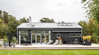Unika prefabricerade hus kan bli billigare och tillverkas mer flexibelt med nya automationslösningar. Bilden visar en villa från A-hus/Derome som tillsammans med flera andra aktörer medverkar i projektet Tillverka i trä. Foto: Derome