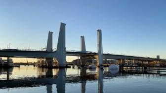 På fredag morgon monteras den första pylontoppen på Hisingsbron.