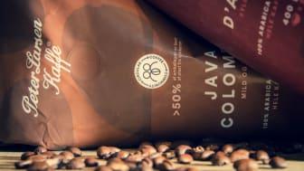 Over halvdelen af plasten i Peter Larsen Kaffes poser med klassiske helbønner stammer nu fra sukkerrør i stedet for olie.