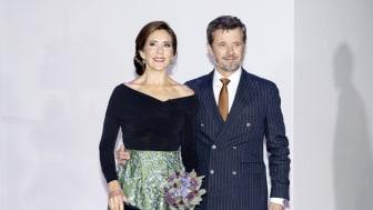D.K.H. Kronprins Frederik og Kronprinsesse Mary ankommer til Kronprinsparrets Priser 2021 i Vejle Musikteater