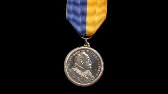 Den äldre Gustaf Adolf-medaljen kallas också Hedlinger-medaljen efter gravören Johann Carl Hedlinger. Foto: Uppsala universitet