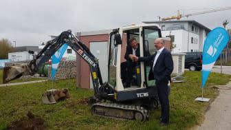 1. Bürgermeister Piet Mayr und Deutsche Glasfaser Regionalleiter Martin Herkommer freuen sich über den Start der Bauarbeiten in Zorneding