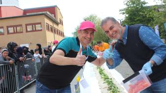 Poseidons distriktschef Svante Lahti och restaurangägare Mohamed Elnel gör tummen upp för Hjällbos världsrekord.