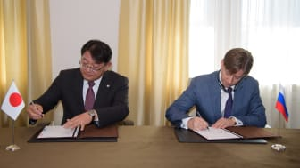 Kirill Lipa, CEO of Transmashholding, and Kiyoshi Nakata, Deputy COO Rolling Stock of Railway Systems Business Unit, Hitachi sign the Joint Venture agreement.