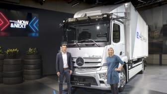 Andreas von Wallfeld marknads och försäljningschef, och Karin Rådström som är chef för hela Mercedes-Benz lastbilsverksamhet.