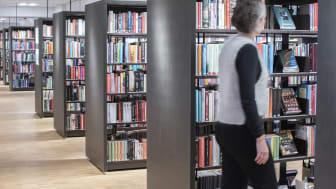 Hyllmeter av böcker som väntar på att lånas ut. Foto: Sara Jonasson