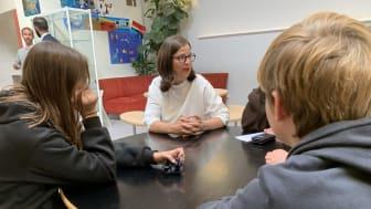 Ministern pratar med elever på Källebergsskolan