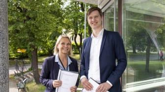 Boligbyggs administrerende direktør, Marit Jakobsen Leganger, og daglig leder i WK Entreprenør, Erlend Wegger. Foto: Boligbygg