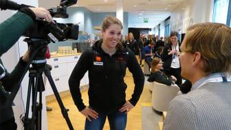 Alpina åkaren Sara Hector intervjuas under förra årets medieupptakt på Vattenfall