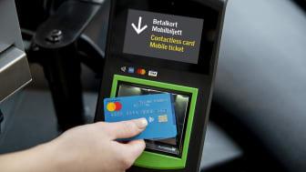 När resenären blippar betalkortet hos SL köper hen en biljett att resa på under 75 minuter.