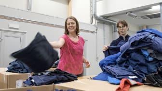 Gamla textilier kan bli ny råvara. Här inleder Wargön Innovations projektledare Susanne Eriksson och sorteringsledare Tove Runefelt arbetet med att sortera de 4,2 ton kläder som sedan kan återvinnas eller återanvändas.