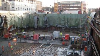 Utgravninger for fundamentering av nybygg i tettbygd strøk krever vurdering og tiltak for å hindre skader på tilliggende nabobygg og infrastruktur