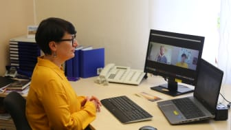 Kathrin Rühl berät Interessentinnen und Interessenten an der Diakonenausbildung per Videokonferenz.