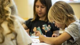 Skolstarten betyder ekonomiska utmaningar för många familjer, läxor ska läsas och barn och unga ska hitta meningsfulla fritidsaktiviteter. Foto: Jonas Nimmersjö