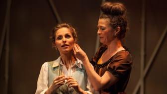Faust 1 Anne-Kathrin Korf als Gretchen und Katja Axe als Marthe