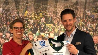 Rototilts marknadskoordinator Fredrik Berggren (t v) kontrollerar logotypen på nya matchtröjan, tillsammans med Anders Blomberg (t h) VD Björklöven