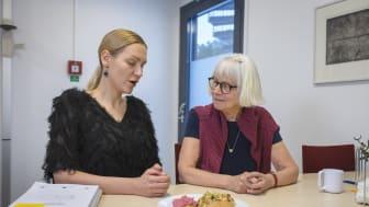 Dietist Anna Tellström går igenom medelhavskosten med deltagaren Inga Häger i pilotstudien. Foto: Mattias Pettersson.