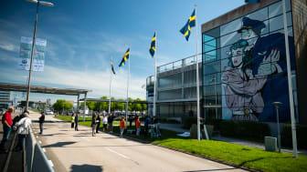 """""""Embrace for Landing"""",av brittiska konstnären D*Face möter resenärer som kommer till Göteborg Landvetter Airport"""