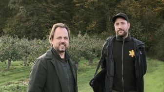 Odingschef Jan Flemming Jensen från Kiviks musteri och naturguide Simon Lundin frå naturum Stenshuvud. Foto: Anna Lind Lewin.