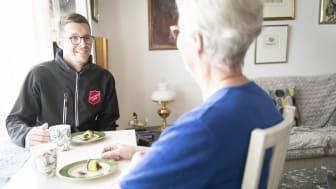 För äldre som har svårt att ta sig från sin bostad kan Frälsningsarmén göra hembesök då det bjuds på lite fika och en pratstund.