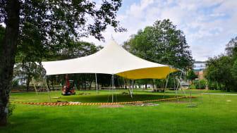 Det nye partytaket i parken på Festplassen har plass til 600 personar ståande og 400 sitjande. Under festivalen, vert scena plassert i forkant av taket.