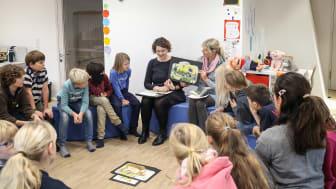 """Karen Nehlsen (mitte rechts) liest aus dem plattdeutschen Buch """"De Bremer Stadtmuskanten"""" vor."""