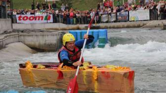 Das Pappbootrennen im Kanupark Markkleeberg fordert den Teilnehmern Abenteuerlust und eine Menge Mut ab
