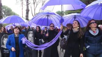 Kvinna till Kvinnas partnerorganisation AWEN demonstrerar på internationella kvinnodagen 8 mars