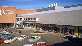 Efterkrigstidens växande välfärd i kombination med massbilismen möjliggjorde stora köpcentrum långt utanför  stadskärnorna. Se UR-serien  Byggnaderna som förändrade staden. ©Foto: Gruen Associates. Får endast användas i samband med denna serie.
