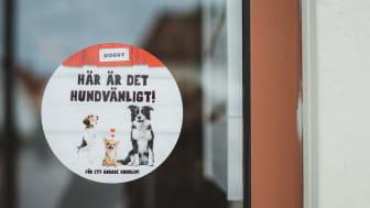Med det här klistermärket kan restaurang- och caféägare nu tydligt välkomna hundar in i sina lokaler.