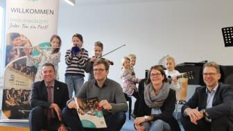 Gemeinsame Vorfreude: (v. l.) Bürgermeister Carsten Torke, Max Gundermann, dko, Anna Türich, Musikschulleiterin, und Michael Wippermann, WWN.