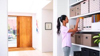 Toimistoista tuttu nimikointi tarramerkinnöillä voi auttaa järjestyksen pitämisesssä myös kotikonttoreissa.