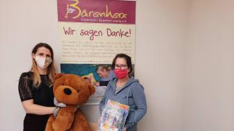 Nicole Lippmann,Teamleiterin TK Maxx Leipzig (Hainstraße) übergibt die Spende an Kerstin Stadler vom Kinderhospiz Bärenherz