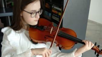 Agnese Kornejeva - en elvaårig talangfull violinist i Lettland - med sin nya Rotary-violin.
